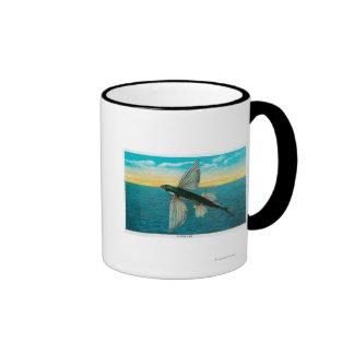 Pez volador en la isla de Catalina Taza De Dos Colores