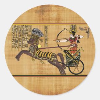 Pharaoh egipcio Ramesses II y carro en Kadesh Etiquetas Redondas
