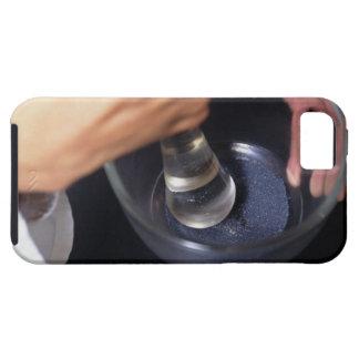 Pharmacien à l'aide du mortier et du pilon sur la  iPhone 5 covers