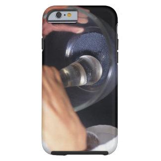 Pharmacien à l'aide du mortier et du pilon sur la  tough iPhone 6 case