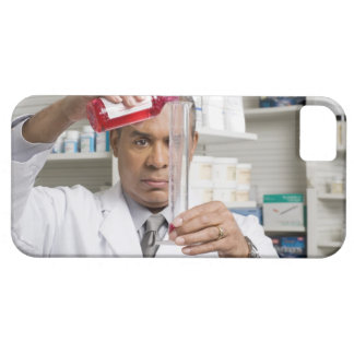 Pharmacist measuring out liquid medicine iPhone SE/5/5s case