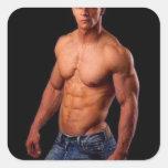 PhotArt original - torso muscular en gorra y Calcomanías Cuadradas Personalizadas