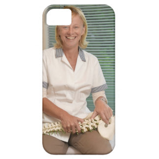 Physiotherapist with model of spine iPhone SE/5/5s case