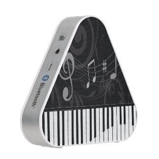 Piano caprichoso y notas musicales altavoz
