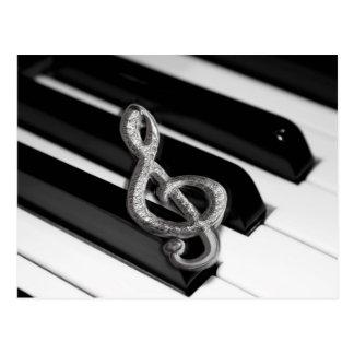 Piano con el personal Gclef del símbolo de música Tarjeta Postal