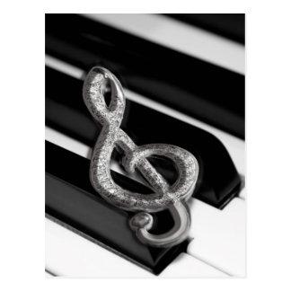 Piano con el personal Gclef del símbolo de música Tarjetas Postales