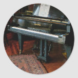 Piano con partitura etiqueta redonda