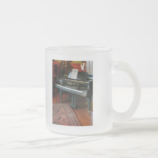 Piano con partitura tazas
