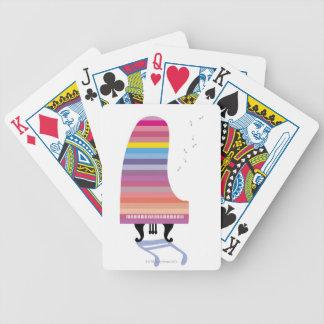 Piano de cola colorido barajas de cartas