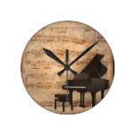 Piano de cola con las notas de la música reloj redondo mediano