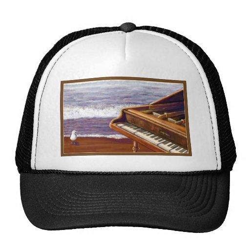 Piano en una playa gorros bordados