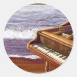Piano en una playa pegatina redonda