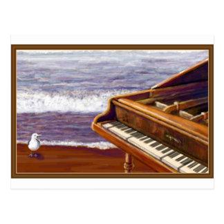Piano en una playa postal