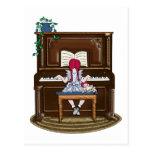 Piano practicante del pequeño chica pelirrojo postal