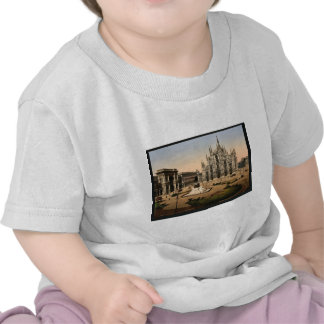 Piazza of the cathedral, Milan, Italy classic Phot Tshirts