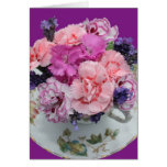 Pica claveles en taza de té felicitación