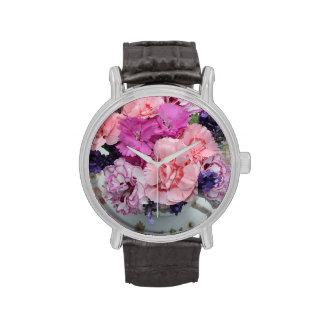 Pica claveles en taza de té relojes de pulsera