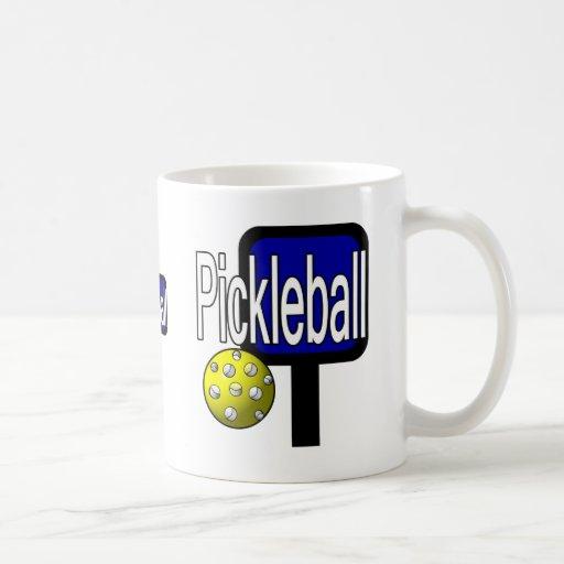 Pickleball, con la imagen del diseño de la bola y taza básica blanca