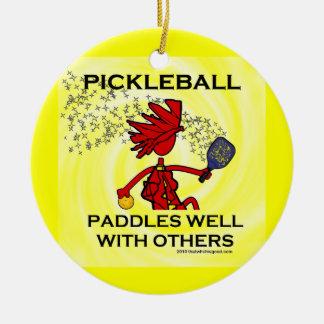 Pickleball se bate bien con otros adorno navideño redondo de cerámica