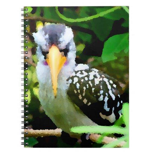 pico amarillo blanco negro del pájaro contra el ve libro de apuntes