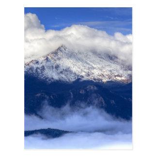 Pico de los lucios con las nevadas y las nubes tarjeta postal