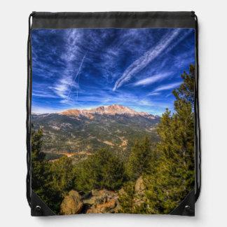 Pico de los lucios y cielo azul mochila
