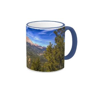 Pico de los lucios y cielo azul taza de café