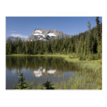 Pico de montaña reflejado en un lago postal
