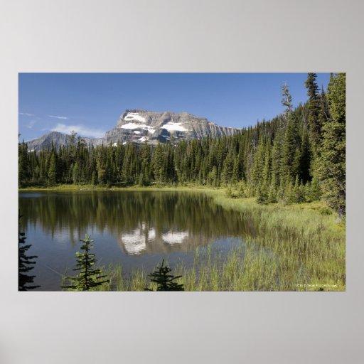 Pico de montaña reflejado en un lago posters