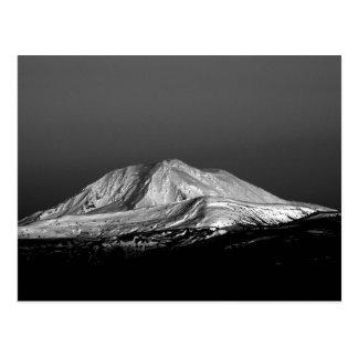 Pico nevado de Adams del soporte en postal monocro