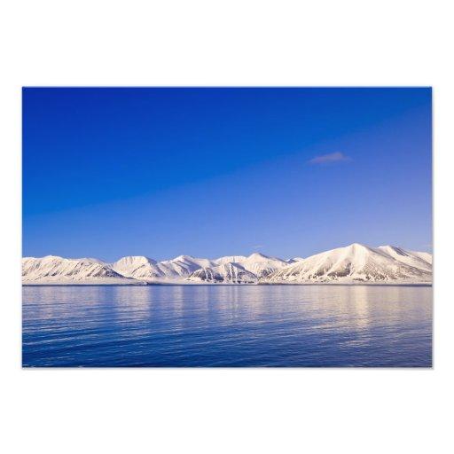 Picos coronados de nieve Woodfjord Svalbard Cojinete