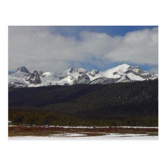 Picos de la nieve de las montañas del diente de si postales