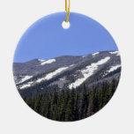 Picos de montaña cubiertos con nieve ornamento para arbol de navidad