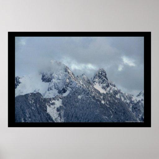 Picos de montaña de la cascada posters