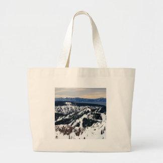 Picos de montaña de la escena del invierno bolsa