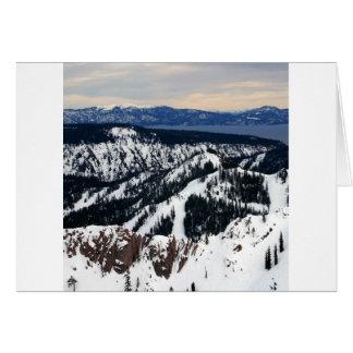 Picos de montaña de la escena del invierno tarjeta de felicitación
