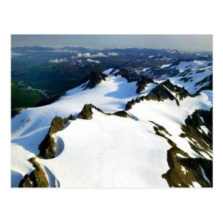 Picos de montaña dentados - visión aérea postal