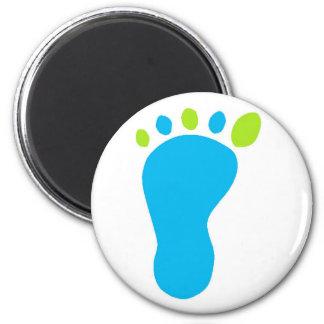 Pie del bebé azul imán redondo 5 cm