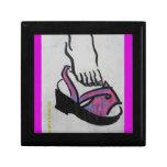 pie en caja de regalo rosada de la sandalia