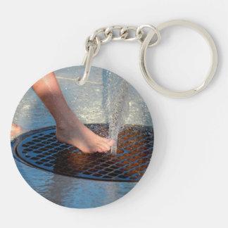 pie en fuente de agua llavero