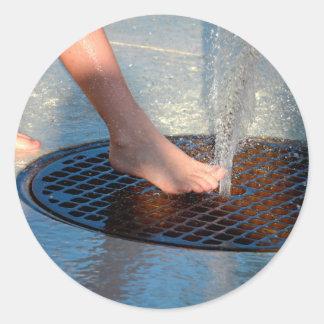 pie en fuente de agua pegatina redonda