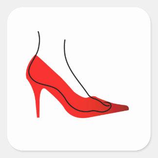 Pie en un zapato rojo pegatina cuadrada