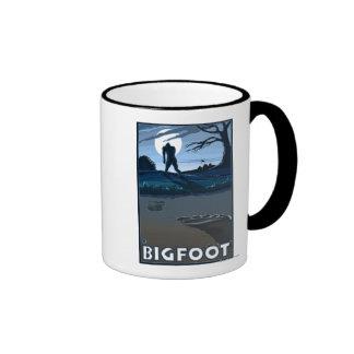 Pie grande que camina a través de campo de golf taza de café