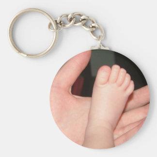 pie recién nacido del bebé llaveros
