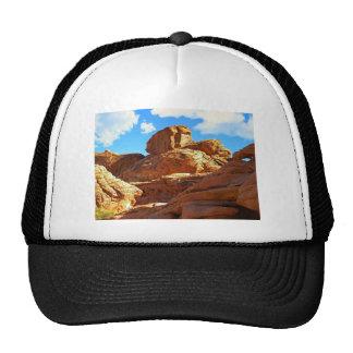 Piedra arenisca roja erosionada gorras