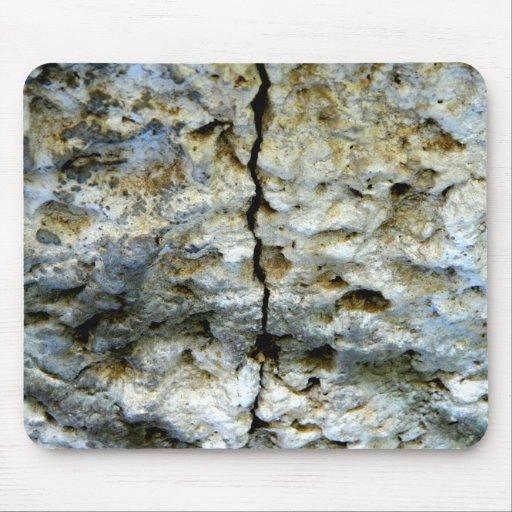 Piedra áspera con la grieta alfombrillas de raton