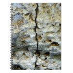 Piedra áspera con la grieta libro de apuntes