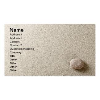 Piedra beige en fondo de la arena tarjeta de visita