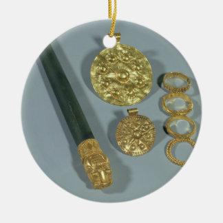 Piedra de afilar y anillos con la decoración adorno redondo de cerámica