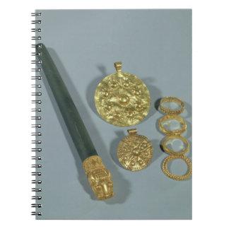 Piedra de afilar y anillos con la decoración granu libretas espirales